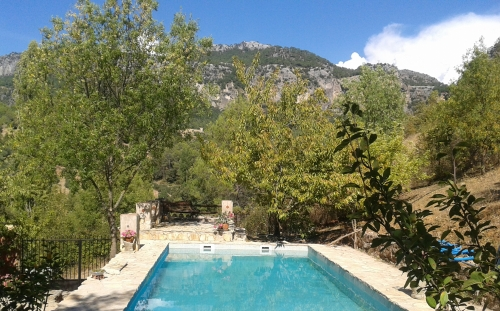 Zwembad met uitzicht op de bergen.jpg